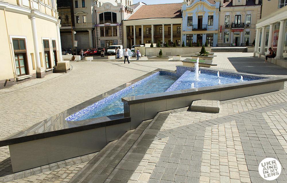 Треугольный фонтан на Греческой улице