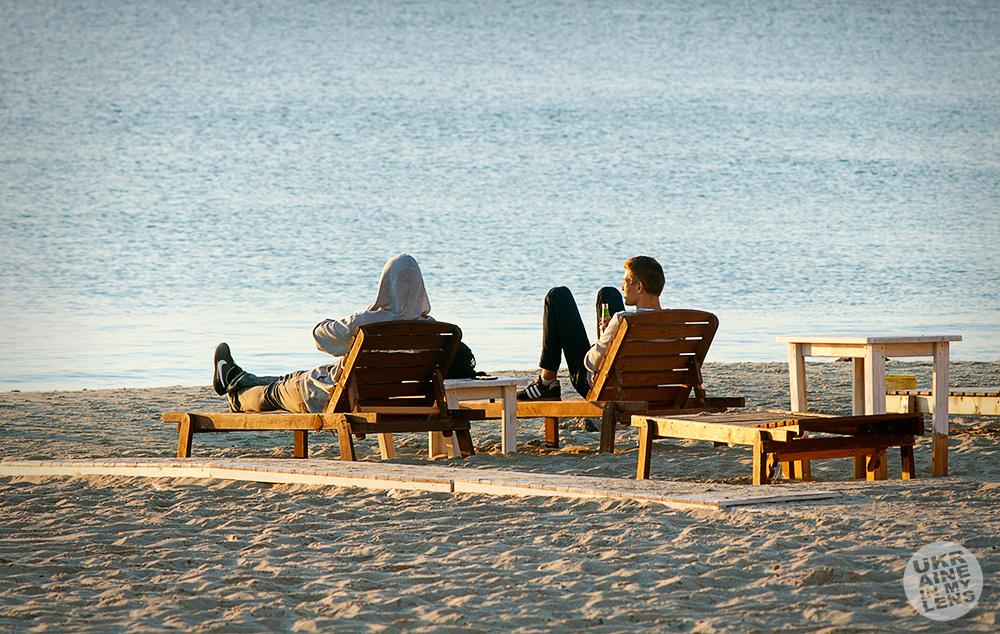 Встречая рассвет на утреннем пляже