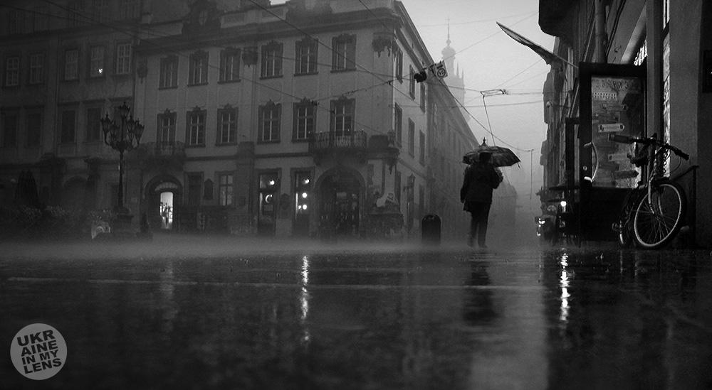 Под ливнем на Площади Рынок