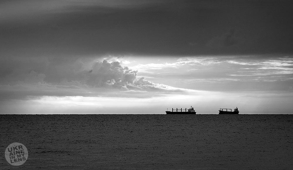 Одесские рыболовные суда под грозовым небом
