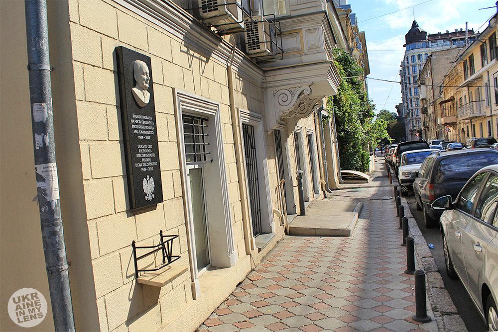 Мемориальная доска Леху Качинскому в Одессе