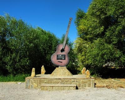 Памятник Виктору Цою и группе «Кино» в поселке Морское