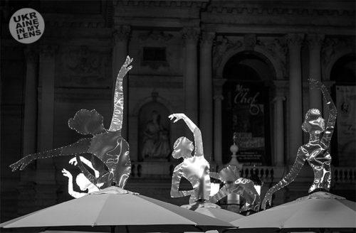 Балерины перед оперным театром