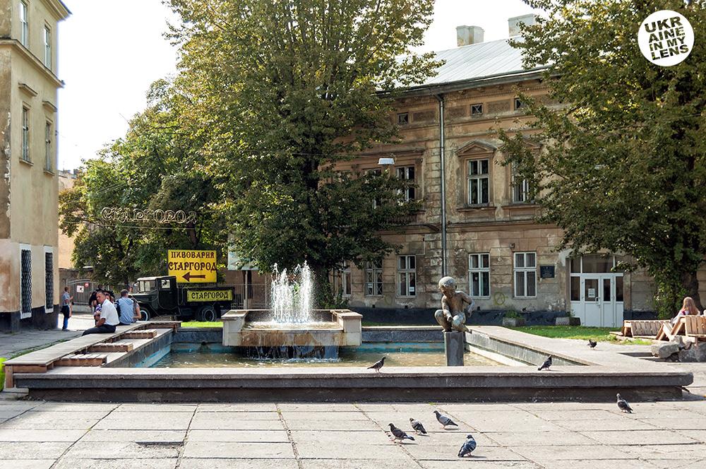 Фонтан «Мальчик» на Таможенной площади во Львове (Фонтан «Хлопчик» на площі Митній у Львові)