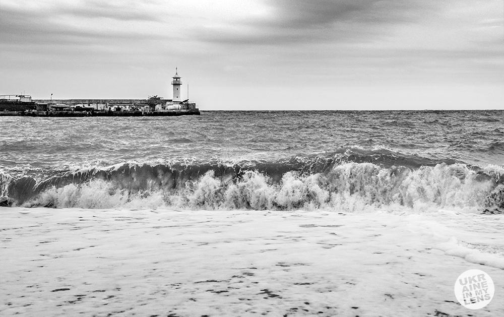 Штормовое море в Ялте. Черно-белая Ялта