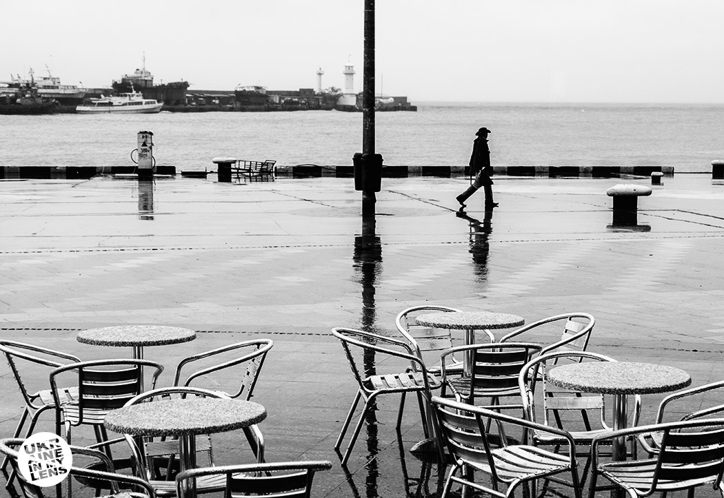 Прохожий под дождем