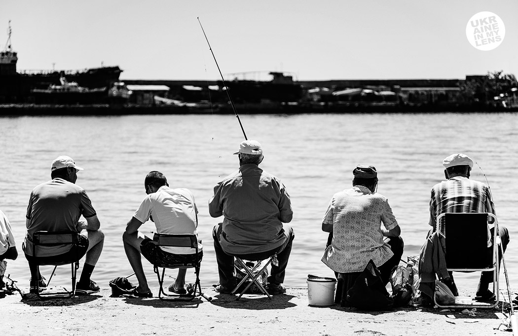 Пятеро рыбаков на набережной