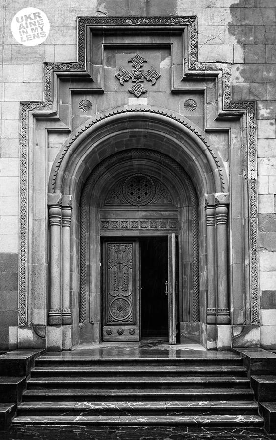 Вход в Армянский храм