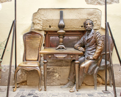 Гасова лямпа. Памятник изобретателям керосиновой лампы во Львове