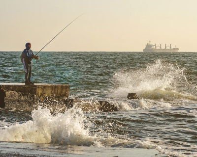 Рыбак и бушующее море