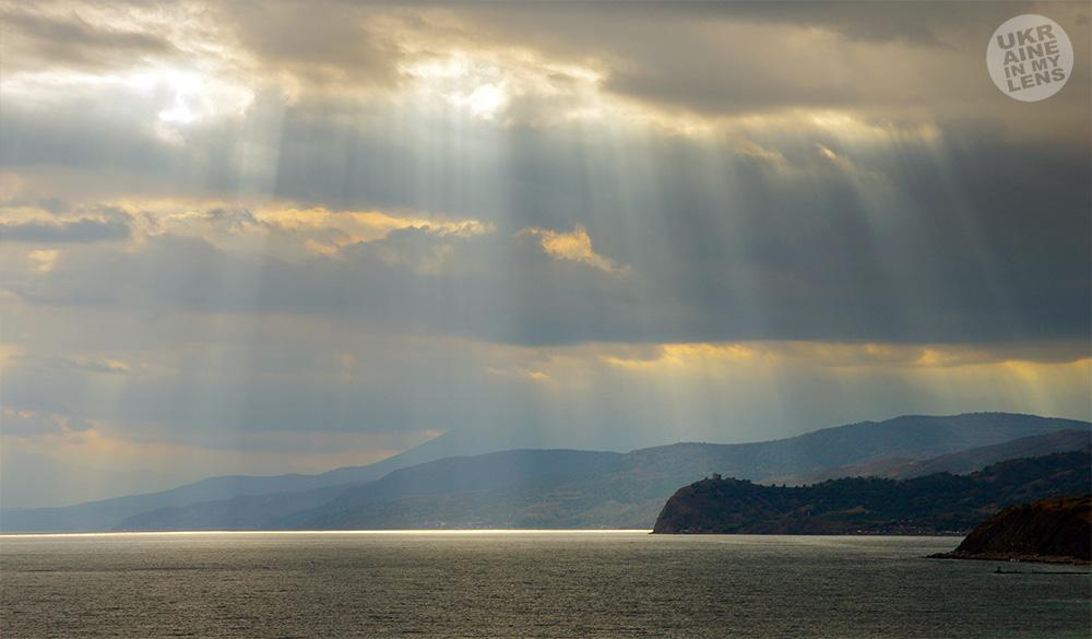 Солнечные лучи сквозь тучи