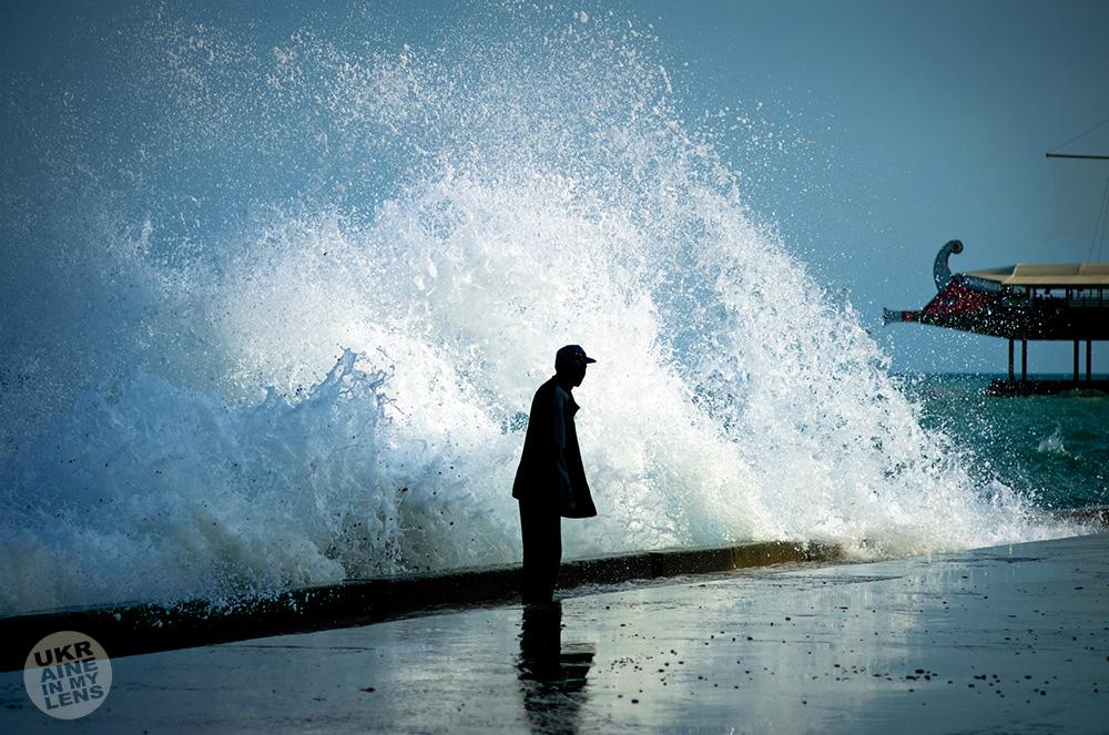 На фоне гребня волны