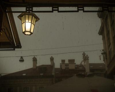 В ливень под фонарем во Львове